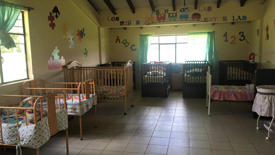 Dormitorio de bebés en el Hogar de la Madre Soltera Adolescente de Conocoto