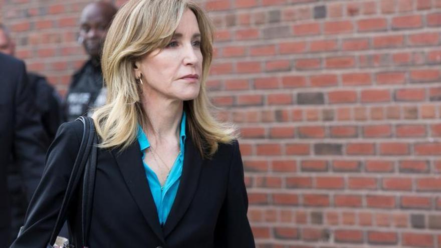 Felicity Huffman y 12 padres se declaran culpables en estafa universitaria