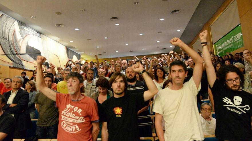 Puños en alto al acabar el acto de la CUP en Vic / SANDRA LÄZARO