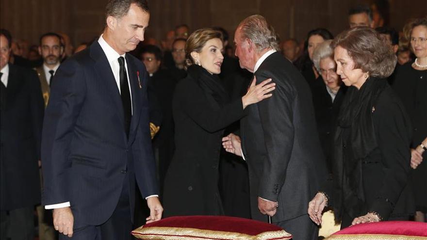 Doña Elena acude con sus padres al funeral del infante que presiden los Reyes