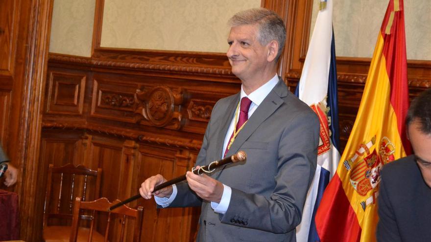 Francisco Linares exhibe el bastón de mando del Ayuntamiento de La Orotava.