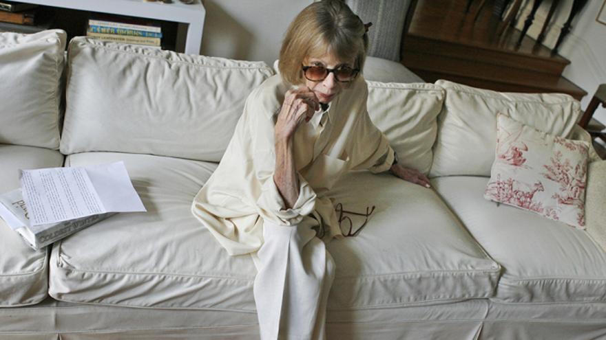 Joan Didion, a los 83 años, en su casa