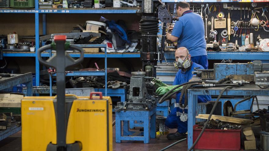 Trabajadores de los talleres centrales de Metro de Madrid, en Canillejas. / Fernando Sánchez