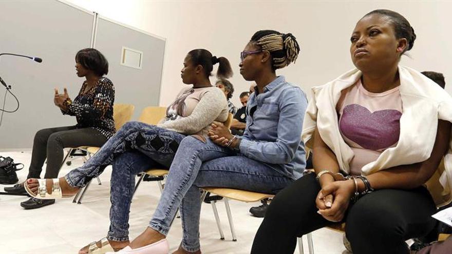 De dcha. a Izda. Marcelina O.E., conocida por 'Mamá Osato', de 38 años; Asantesaa Y.N., 'Doris', de 30; Sonia O. 'Mama Princesa', de 40 años, y Evelyn M., 'Mamá Ame', de 42, las cuatro de nacionalidad nigeriana. EFE/Elvira Urquijo A.