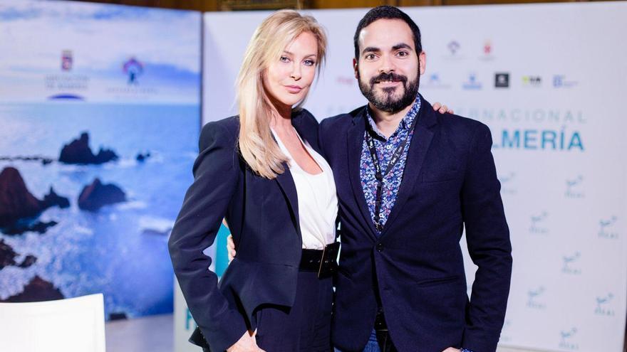 La actriz Alison Doody y el director de Kinótico, David Martos, en el Festival de Cine de Almería