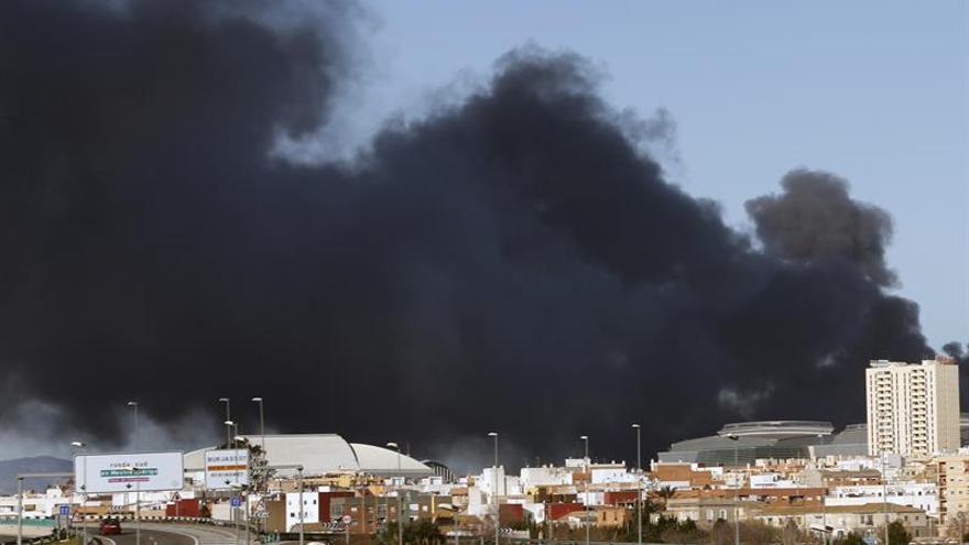 Columna de fum causada per l'incendi de Paterna.