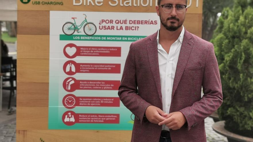 Bernardo Álvarez en el estacionamiento de bicicletas.