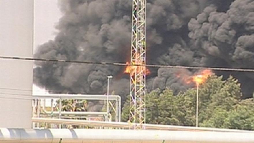 Imagen del incendio en la refinería de Cepsa en Huelva
