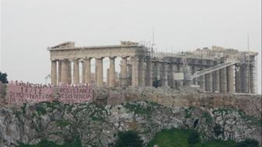 Cartel de protestas en la Acrópolis de Atenas
