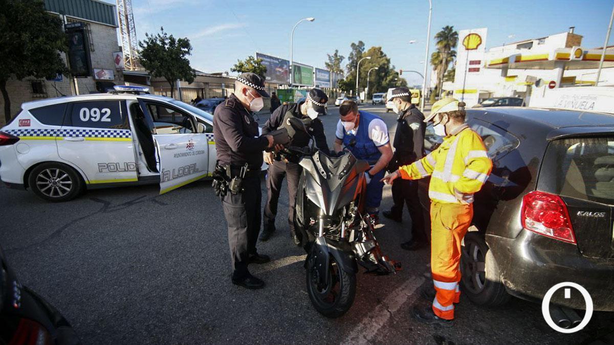 Accidente entre una moto y un coche en el polígono El Granadal