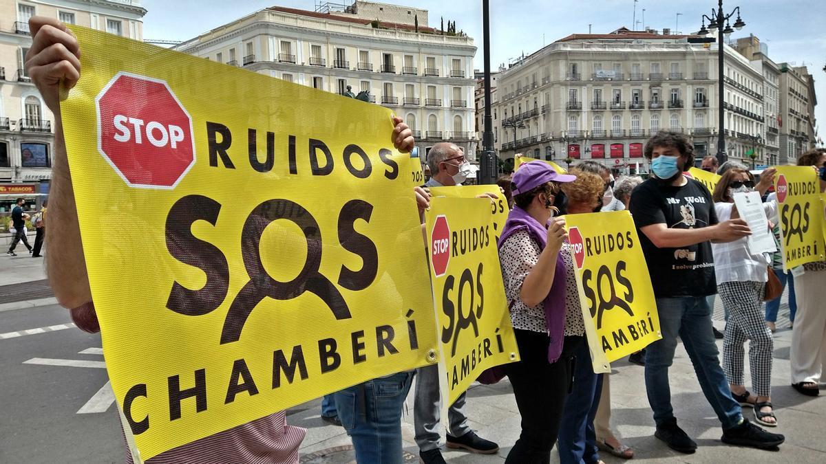 Un momento de la protesta de SOS Chamberí ante la sede de la Comunidad de Madrid