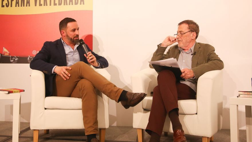 El presidente de Vox, Santiago Abascal y el escritor Fernando Sánchez Dragó en la presentación del libro 'España vertebrada'.