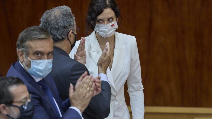 Isabel Díaz Ayuso, aplaudida por Enrique López y Enrique Ossorio, tras su discurso de investidura