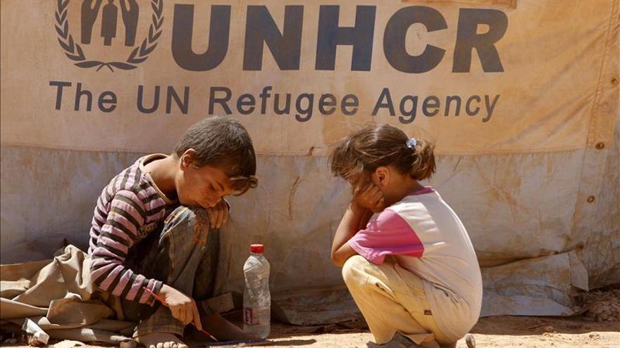 Dos niños en un campo de refugiados sirios en Jordania.