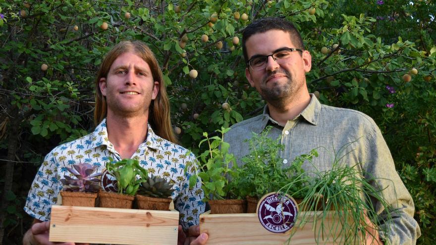 Adrián (i) y Jonathan muestran los kits de cultivo ecológico que comercializan.