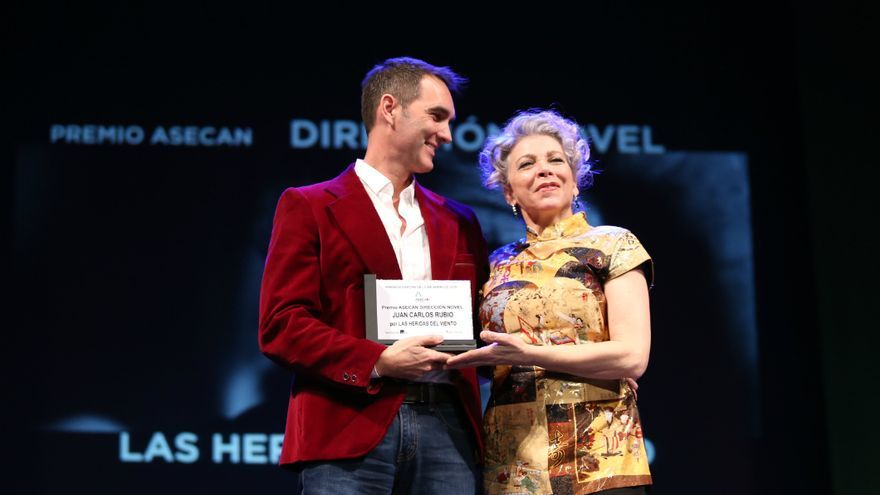 La actirz Kiti Manver entrega el Premio Asecan a la Dirección Novel a Juan Carlos Rubio