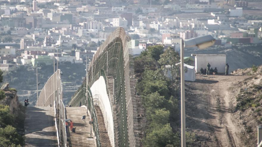 Cinco inmigrantes son retenidos por la Gendarmería marroquí (derecha) después de ser devueltos por la Guardia Civil española/ Jesús Blasco de Avellaneda.