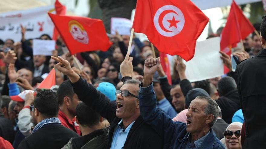 Miles de funcionarios secundan la huelga convocada por la UGTT en Túnez