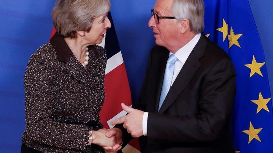 """El presidente de la CE y May abordarán el """"brexit"""" por teléfono"""
