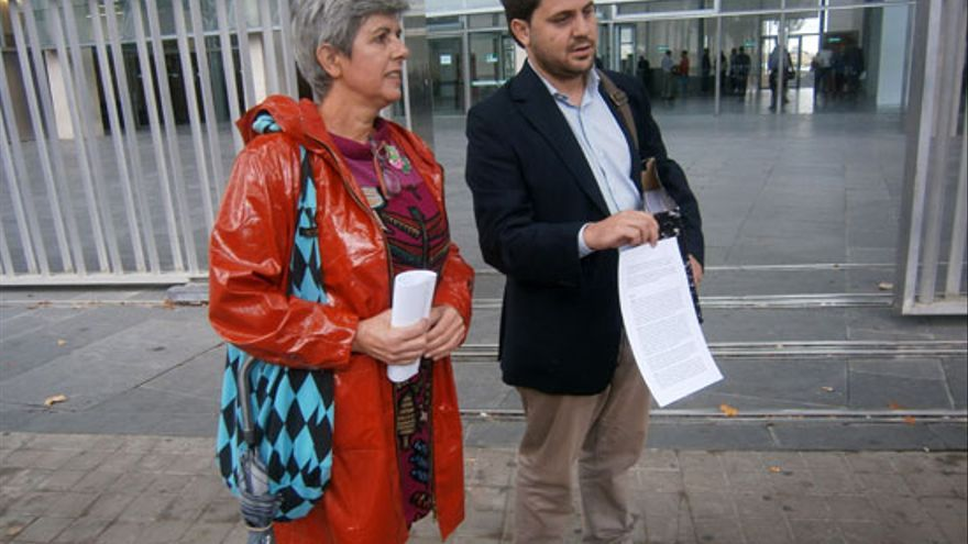 Carmen Soánez y Jorge Fernández (IU Ciudad Real) con una denuncia en la fiscalía / Foto: miciudadreal,es
