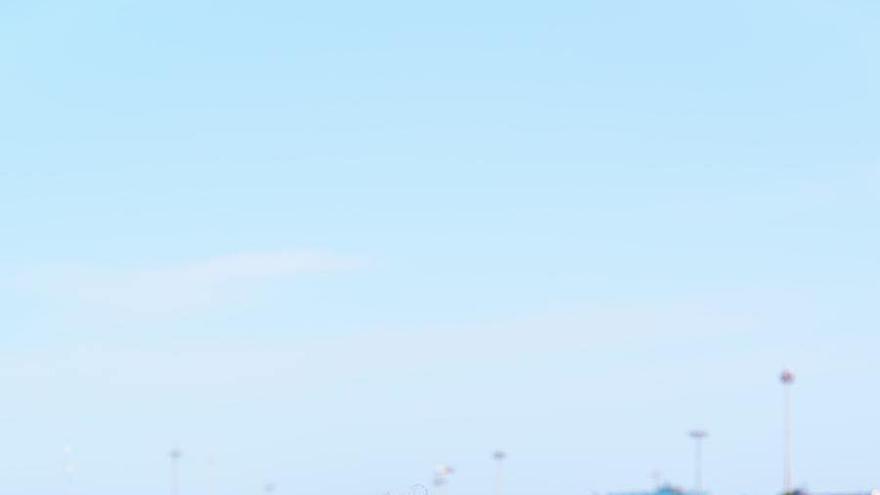 Un operario de la Marina de València corta una pieza del valla del circuito urbano