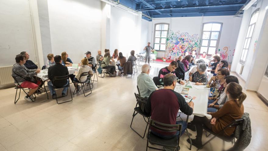 Encuentro de la Asociación de Vecinos Lanuza-Casco Viejo en el Centro Social Luis Buñuel.