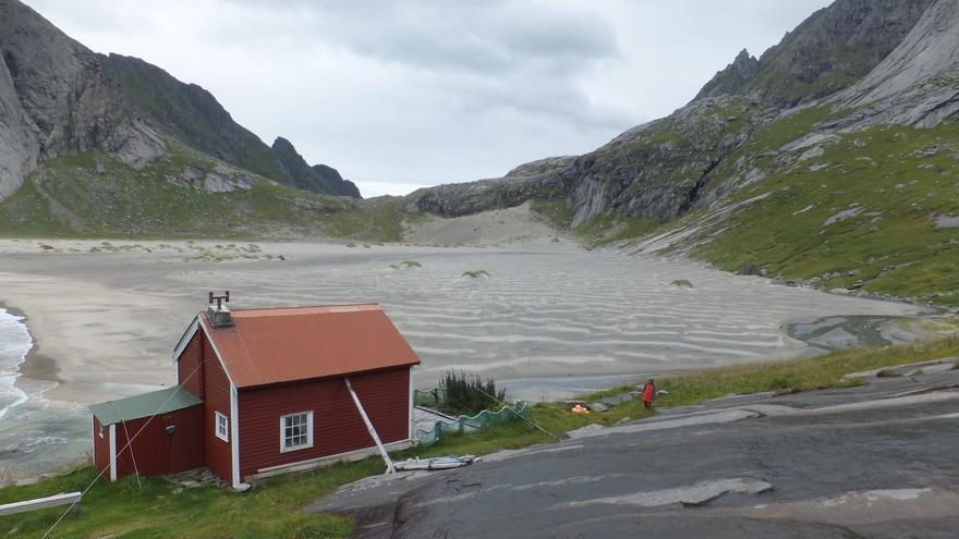 Una cabaña aislada ante la inmensidad del arenal de Bunes, una de las playas más bonitas de Lofoten. Ian Cochrane