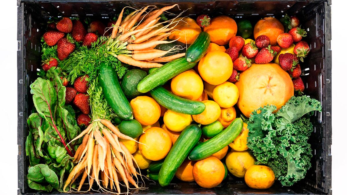 Una caja con frutas y hortalizas frescas   PIXABAY