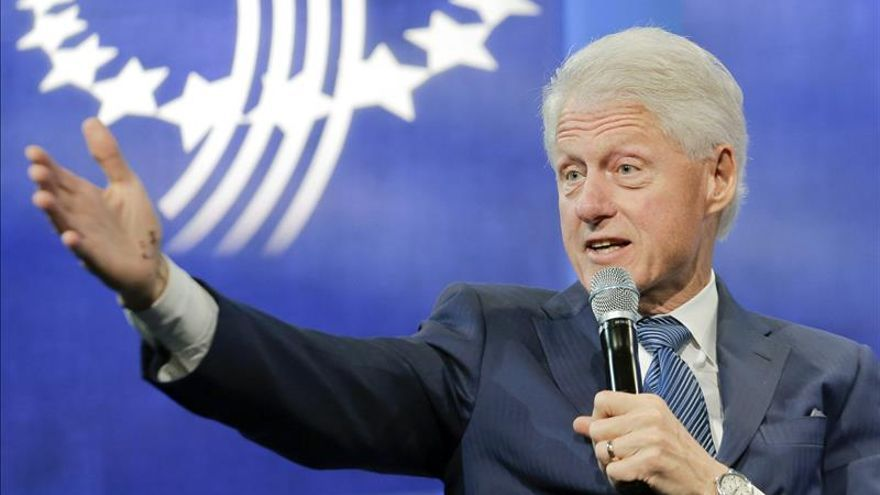 Bill Clinton acusa a los republicanos y a la prensa de inflar la polémica contra su esposa