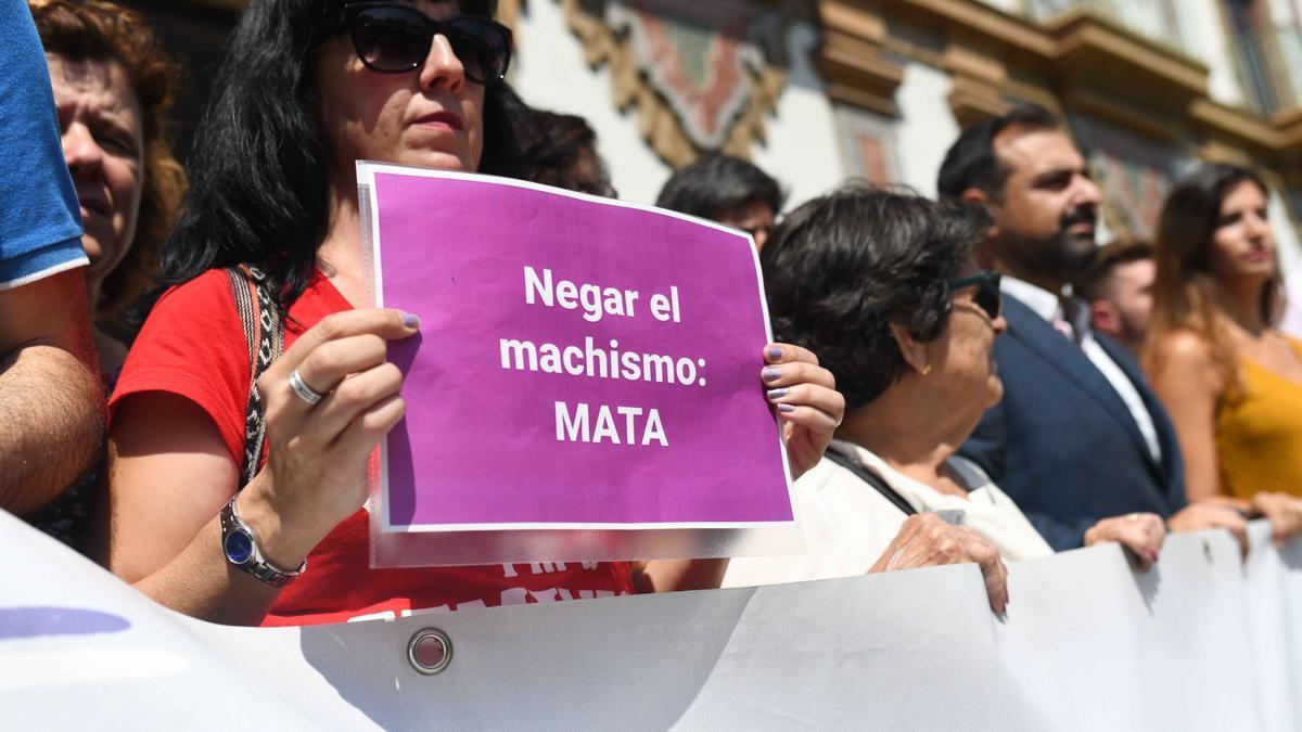Una mujer muestra un cartel durante una concentración de condena a la violencia machista