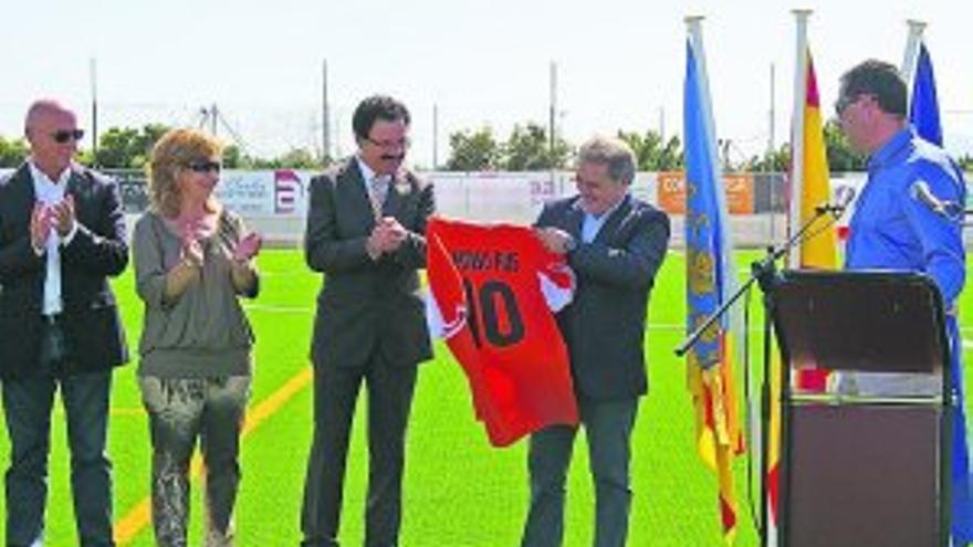 Alfonso Rus, con una camiseta, en la inauguración del cesped artificial en el campo de fútbol de Daimús.