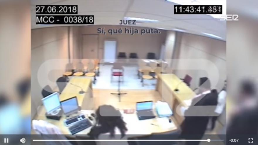 """Momento del vídeo difundido por Cadena Ser en que Derqui llama """"hija puta"""" a la denunciante."""