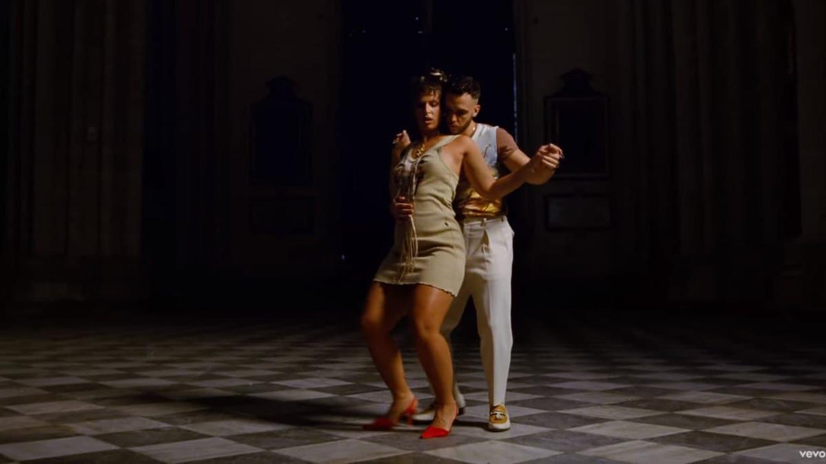 Fotograma del videoclip 'Ateo' de Nathy Peluso y C. Tangana grabado en la Catedral de Toledo