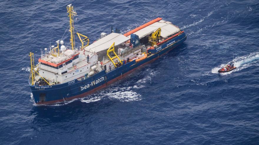 El barco Sea Watch 3 durante el rescate de 53 personas el 12 de junio.