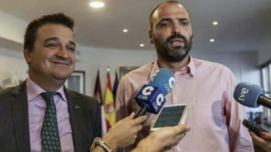 Carlos Fernández durante la entrevista con el consejero.
