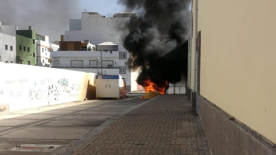 Contenedores ardiendo en El Tablero, Gran Canaria
