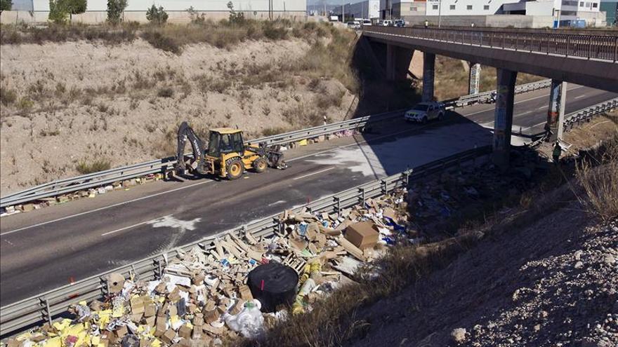 Cortan al tráfico la N-340 en Cabanes (Castellón) tras chocar 2 camiones