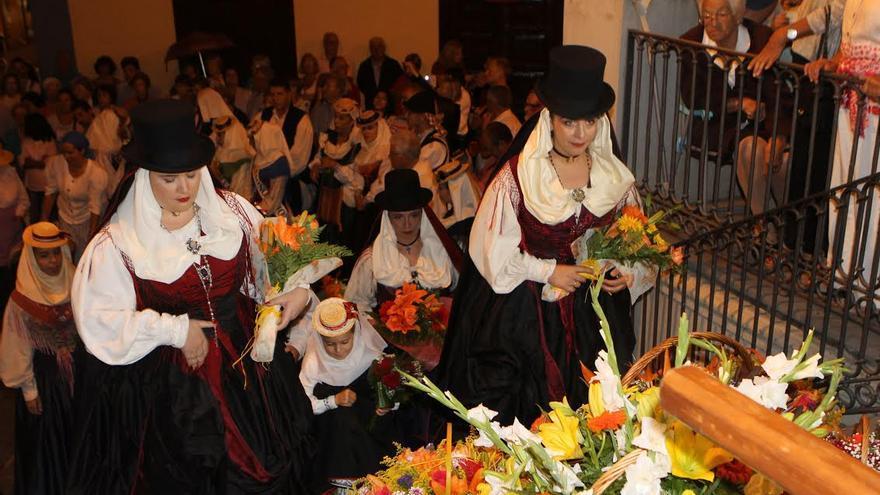 Los barrios de la localidad realizaron un ofrenda floral a la Virgen del Pino.