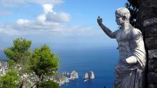 Una estatua en Villa Jovis -residencia de Tiberio- y el paisaje de Capri. David van der Mark