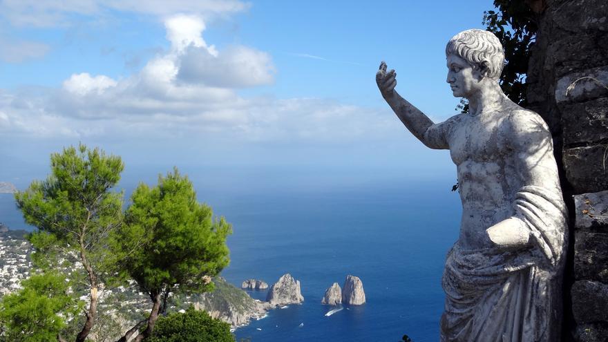 Una estatua en Villa Jovis -residencia de Tiberio- y el paisaje de Capri. David van der Mark (CC)