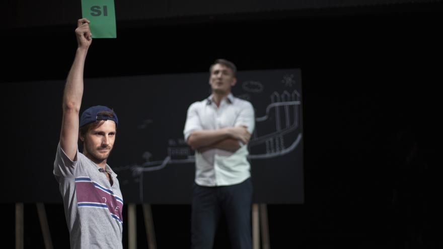 El actor Nao Alberto mostrando cómo emitir voto a favor de las propuestas