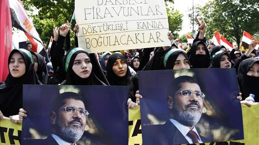 Egipto condena las críticas por la pena de muerte dictada contra Mursi