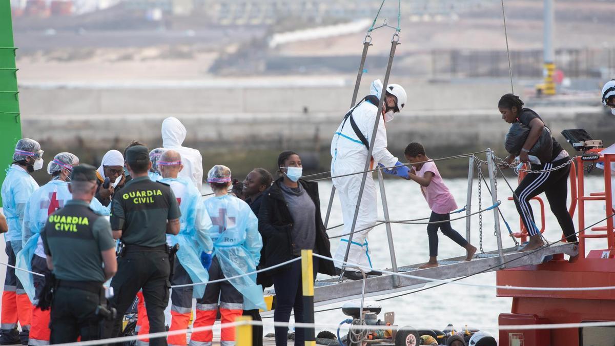 Desembarco en el muelle de Puerto del Rosario de las 108 personas rescatadas al sur de Fuerteventura de dos lanchas neumáticas.