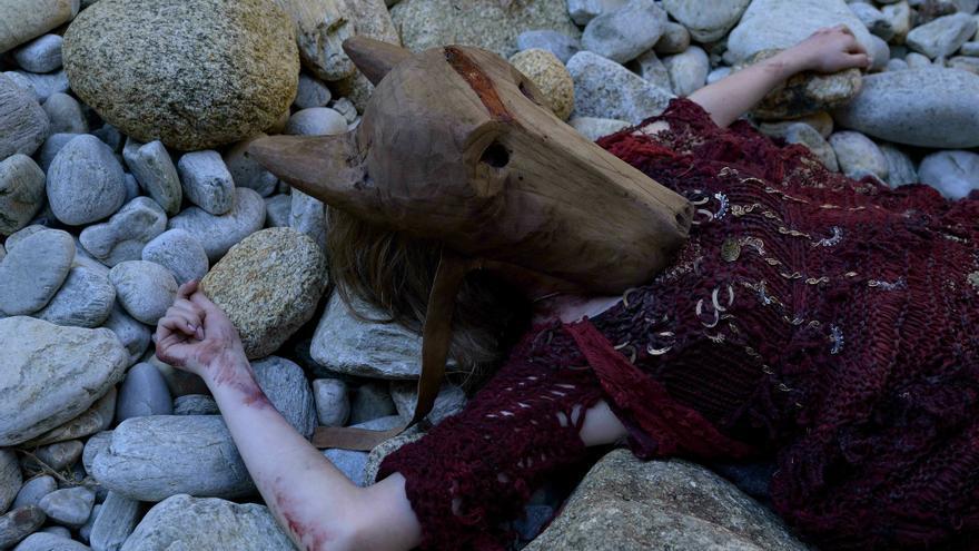 Máscara que cubre el cadáver de la joven asesinada... ¿por el Urco?