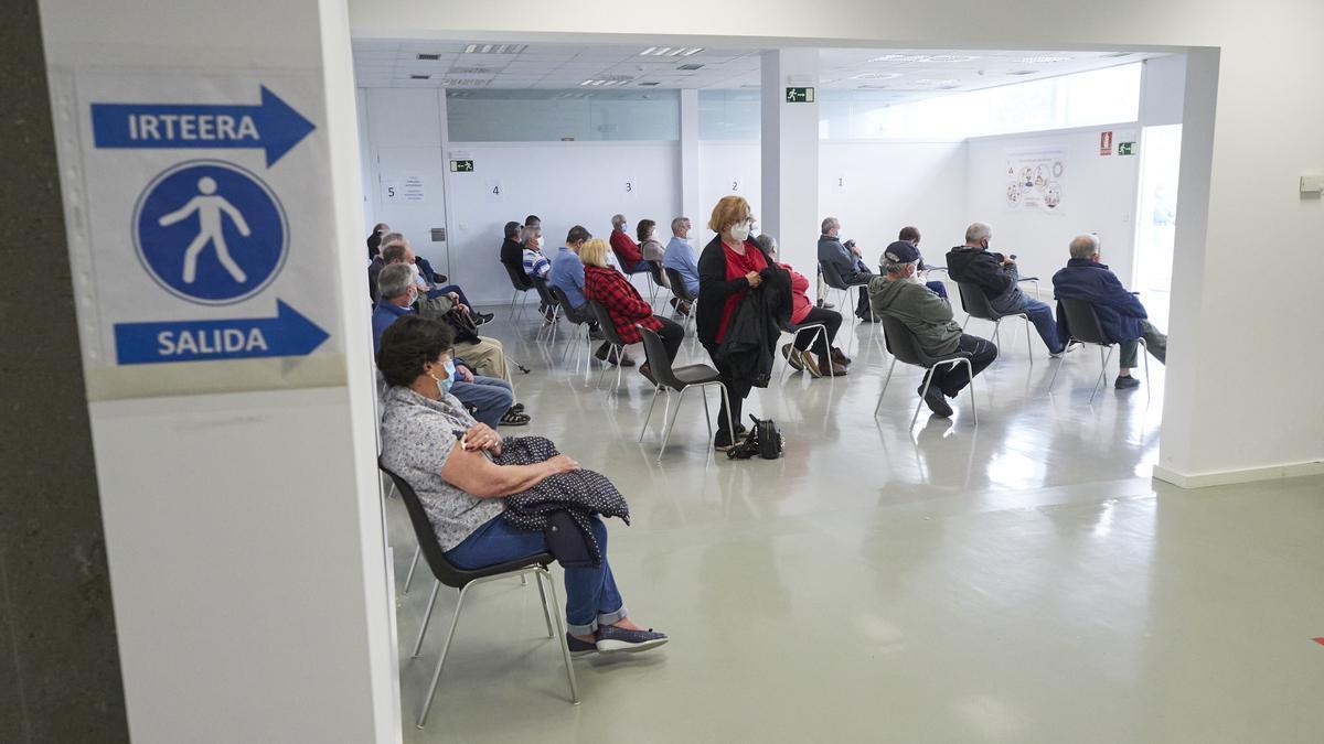 Varias personas esperan para recibir la vacuna contra la COVID-19, en Pamplona.