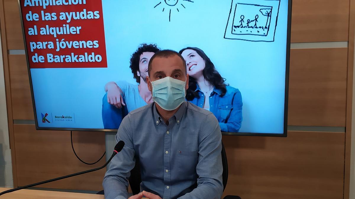 Juan Antonio Pizarro, concejal de Vivienda del Ayuntamiento de Barakaldo, en la presentación de la iniciativa