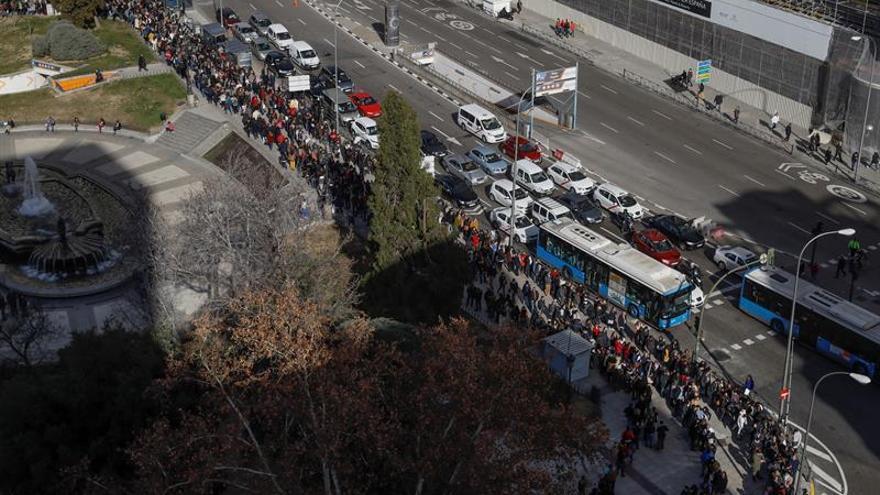 Miles de personas hacen fila en Madrid ante oferta laboral de un hotel