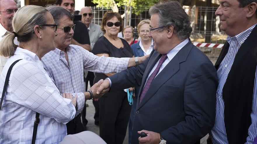 Juan Ignacio Zoido, alcalde de Sevilla, con unos vecinos.