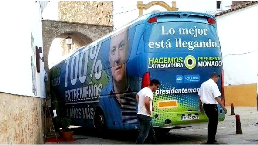 El autobús del PP de Extremadura, en apuros en el centro de Zafra