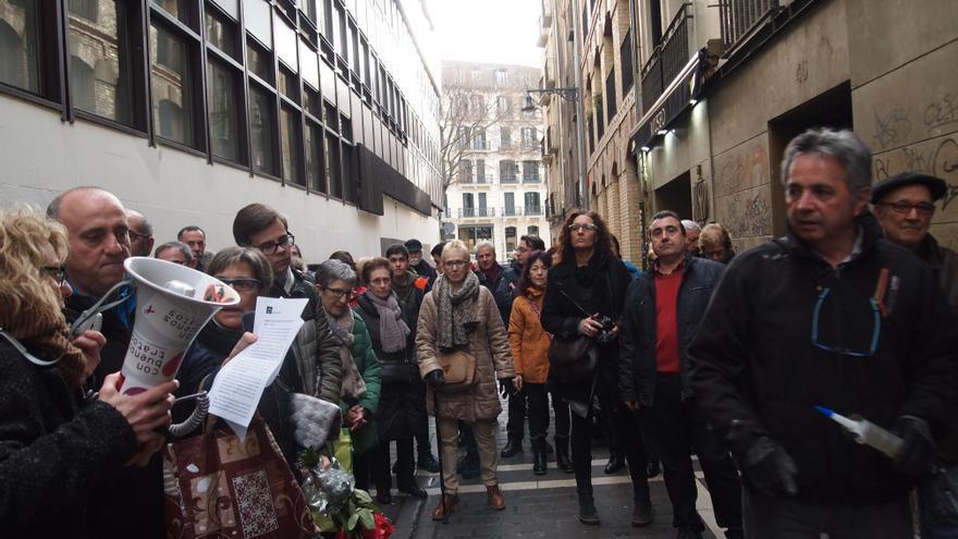 Momento de la colocación de los adoquines de la memoria, el pasado viernes en Pamplona.